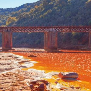De Rio Tinto dankt z'n wonderlijke kleur aan de hoge zuurgraad van het water. De hoge zuurgraad is ontstaan door eeuwenlange mijnbouwactiviteiten.