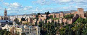 De stad Malaga met het Alcazaba en de Kathedraal op de voorgrond